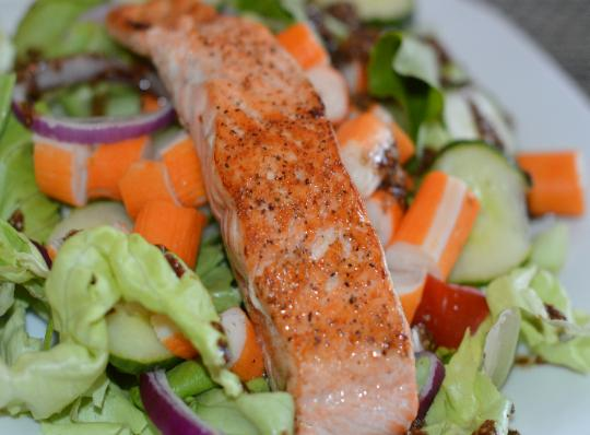 grilled salmon and green salad as a part of a Mediterreanean diet lowers Type 2 diabetes risk